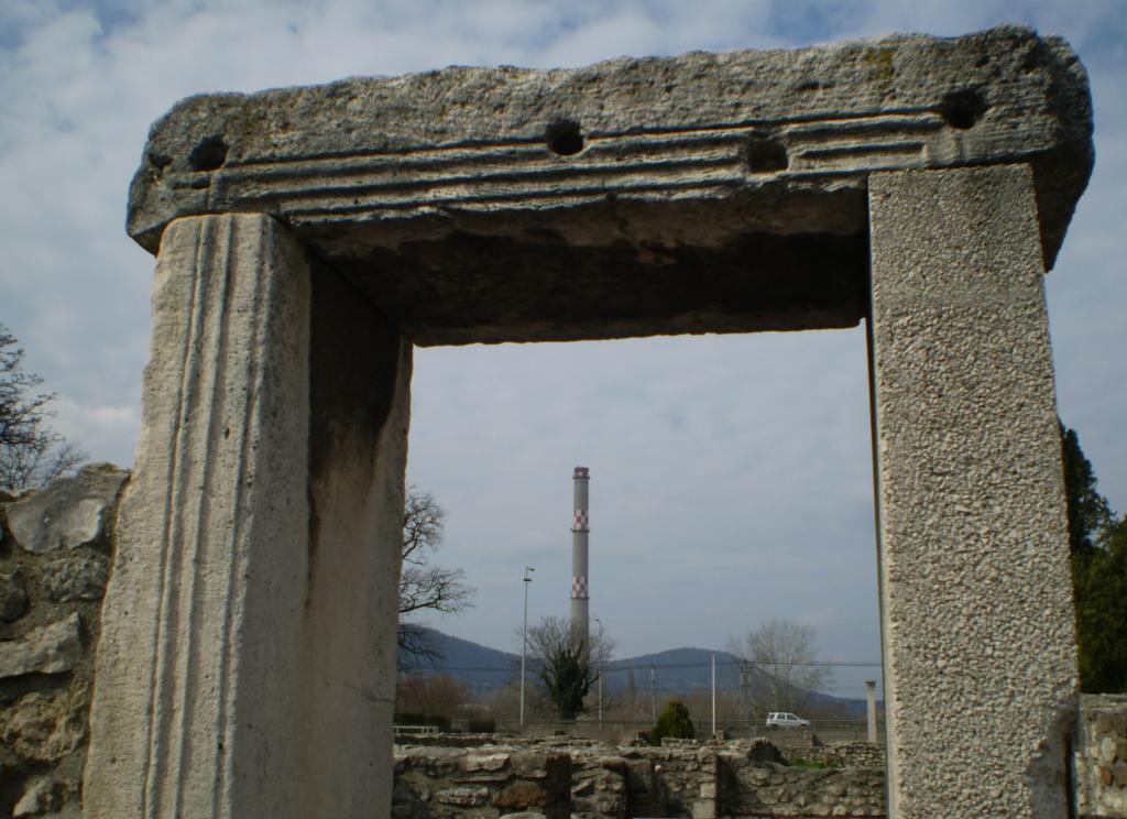 1. Mihály Éva: Kő ajtókeret a Kettős Fürdőben