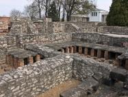 4. Radóné Mária: Romkert a régi épülettel
